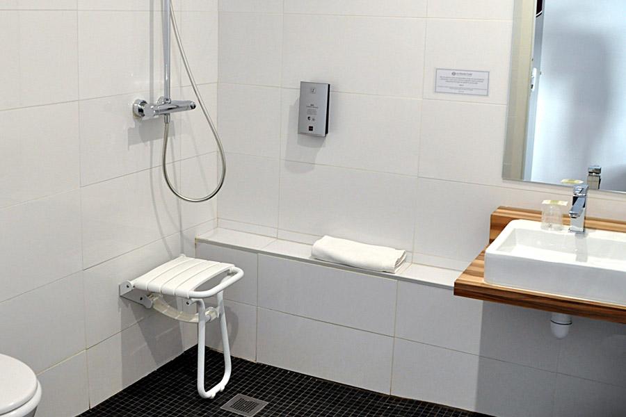 Chambre accessible pmr chambres d hotel prix budget à concarneau